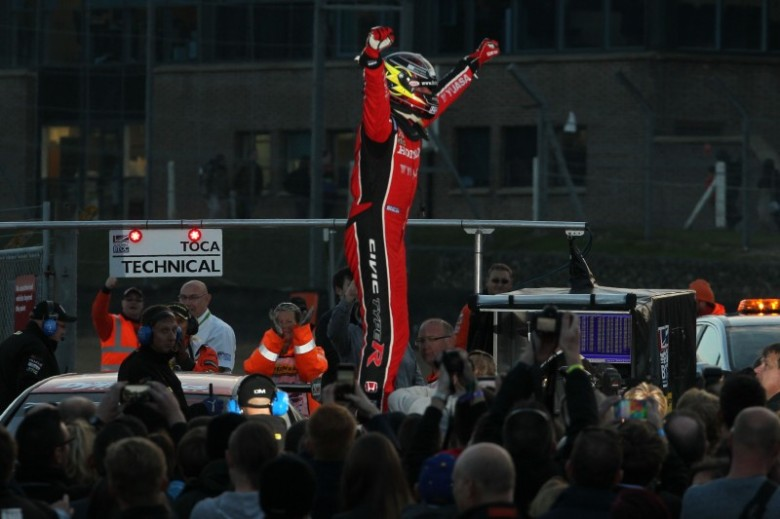 Gordon Shedden takes victory in the 2015 BTCC